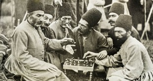 Die Staatsmänner Mahdi Quli Khan Majid ad-Dawla und Akbar Khan Nayeb Nazer spielen Schach in Gesellschaft von Mitgliedern des qadscharischen Hofs, 1893 © Nationalarchive Irans, Teheran